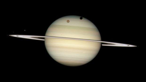 Saturn a devenit planeta cu cei mai mulți sateliți naturali