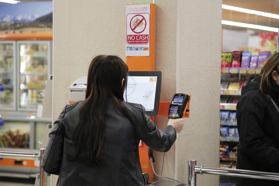 (foto) Achitări autonome cu cardul în zona de autoservire la cel mai mare magazin din reţeaua Nr1