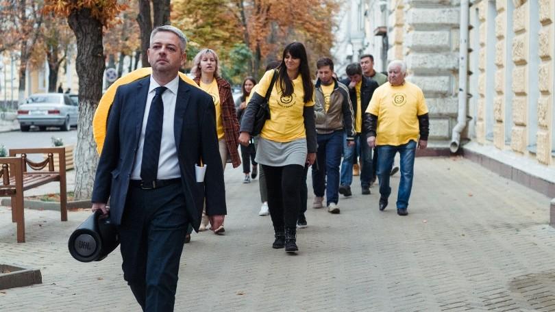 (video) Flashmob în centrul Chișinăului. Au mers cu muzică în boxe spre Primărie