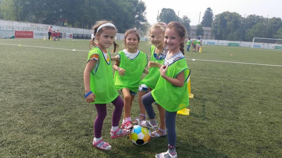 Orele de educație fizică pot fi schimbate cu lecții de fotbalul. Cum poți înscrie școala ta în acest proiect