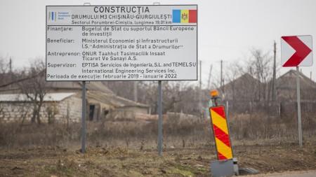 """Dintr-un mesaj electoral denigrator, într-o floare. Cum a luptat un tânăr din Costești cu """"mizeria electorală"""""""