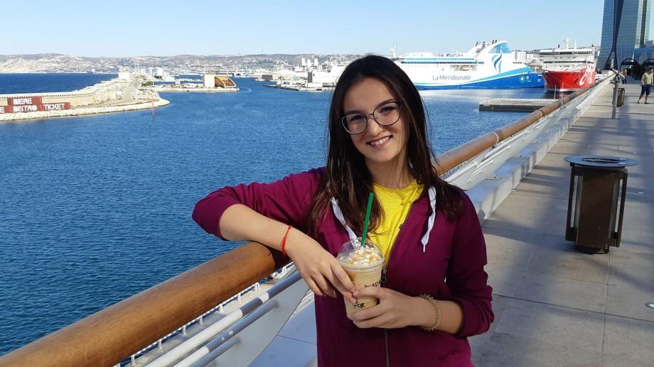 """Universitatea #diez. """"Pentru a uita de dorul de casă, am început să explorez orașul."""" Experiența de studii a Anastasiei Mocanu la Marseille"""
