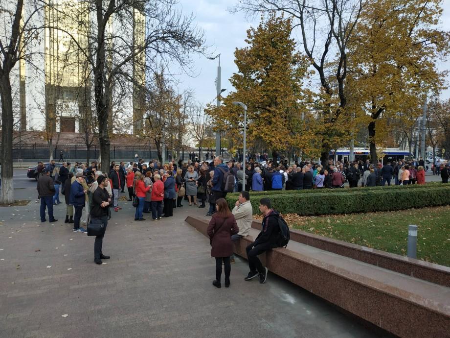 (live video) Maia Sandu a ieșit în fața susținătorilor. Mai mulți cetățenii protestează în fața parlamentului în susținerea guvernului Sandu