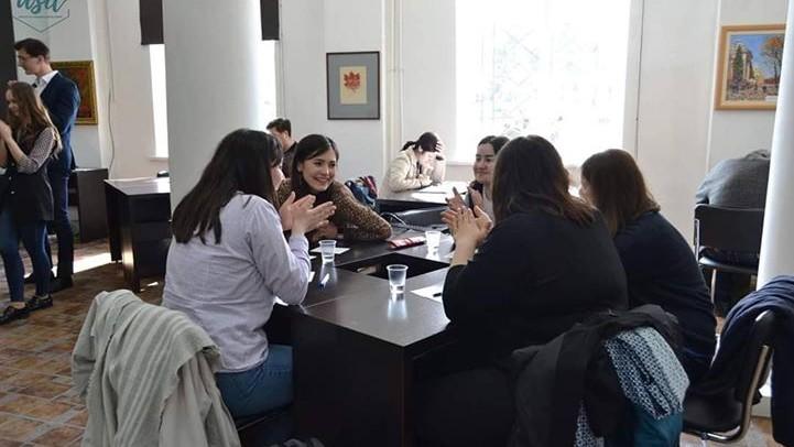 """Tinerii juriști sunt provocați să participe la concursul """"De jure/de facto"""". Cum te înregistrezi"""