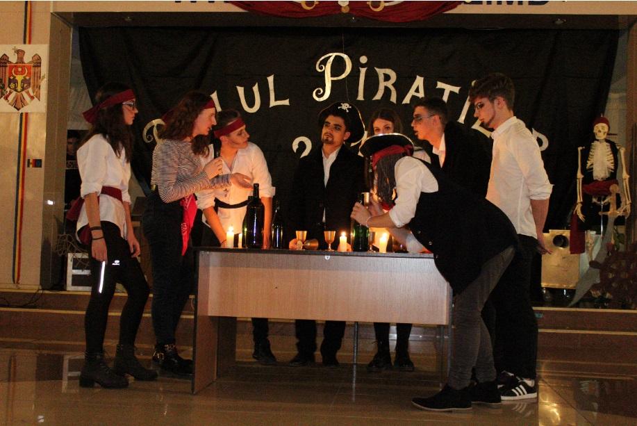 """(foto) Balul piraților la Liceul Teoretic Republican """"Aristotel"""". Cum au sărbătorit elevii claselor a X-a inițierea în liceu"""