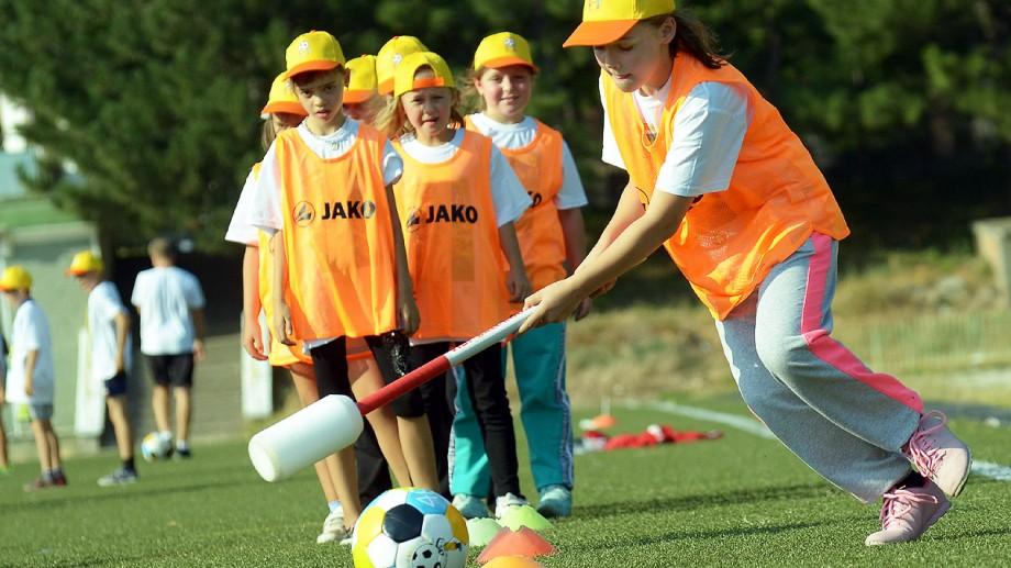 Schimbare în curricula școlară. Elevii claselor primare vor putea alege ore de fotbal în loc de educație fizică