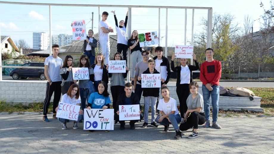 (foto, video) Un grup de tineri din Strășeni a salubrizat câteva străzi din oraș în cadrul Maratonului Curățeniei