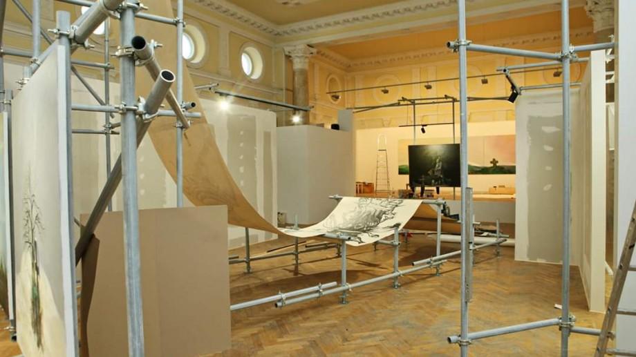 Muzeul Național de Artă te invită la o călătorie labirintică, unde vei intra în dialog cu spațiul și lucrările