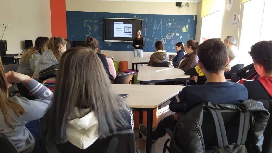 """O tânără din Leova ne povestește cum e să fii """"deputată"""" și să faci campanii de promovare la 17 ani"""
