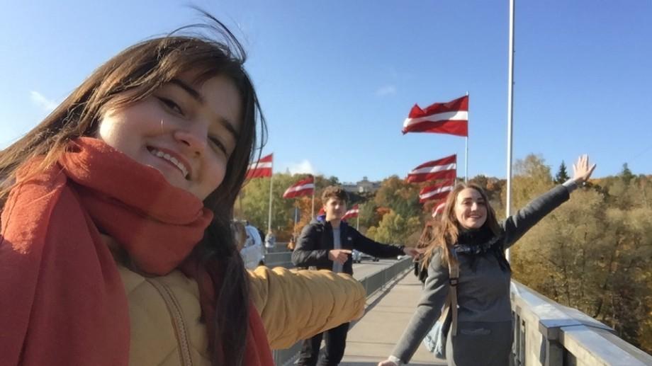 """Universitatea #diez. """"La 1 750 de kilometri de colega mea de bancă."""" Cum au fost primele luni de studenție ale Ioanei Vatamanu-Mărgineanu la Stockholm School of Economics în Riga"""