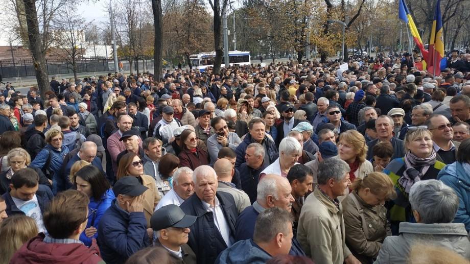 """(foto) """"Vrem justiție corectă"""". Protestul din fața Parlamentului surprins în imagini de către fotograful diez"""