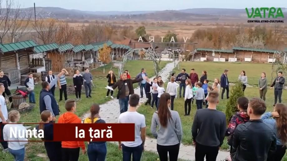 (video) Pregătirile sunt în toi! Vino în acest weekend să vezi Nunta la Țară la complexul etno-cultural Vatra