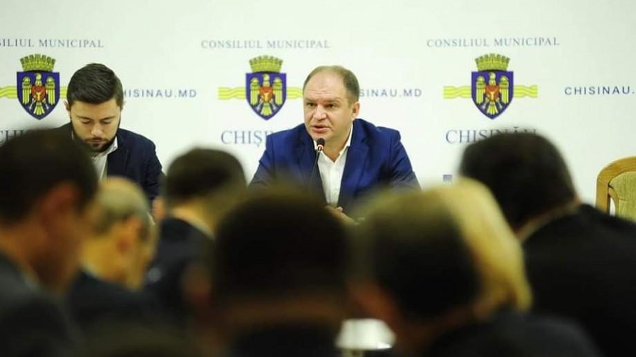 """Primarul mulțumit și nu prea de Chișinău: """"În curți sunt mormane de gunoi, în PMAN nu sunt luminițe de ajuns"""""""