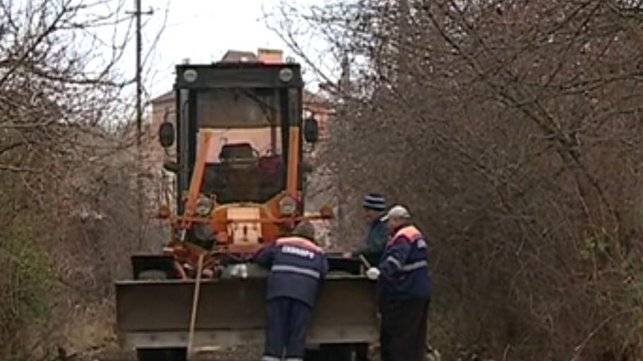 Angajații statului repară drumul de lângă casa noului prim-ministru. Vecinii sunt nemulțumiți, iar primăria nu știe nimic