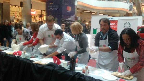Gustă din bucatele tradiționale italiene și vezi cum se prepară mozzarella în cadrul săptămânii bucătăriei italiene