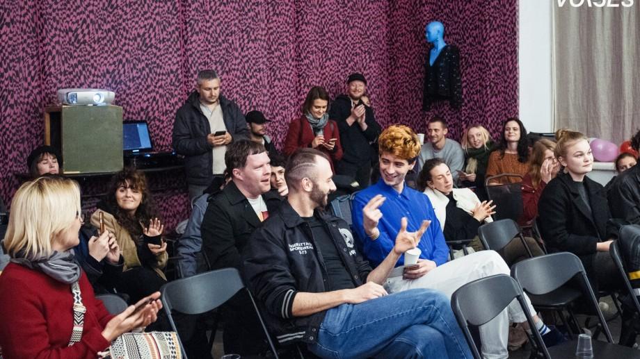Participanții atelierului de film Queer Voices prezintă creațiile la care au lucrat timp de o săptămână