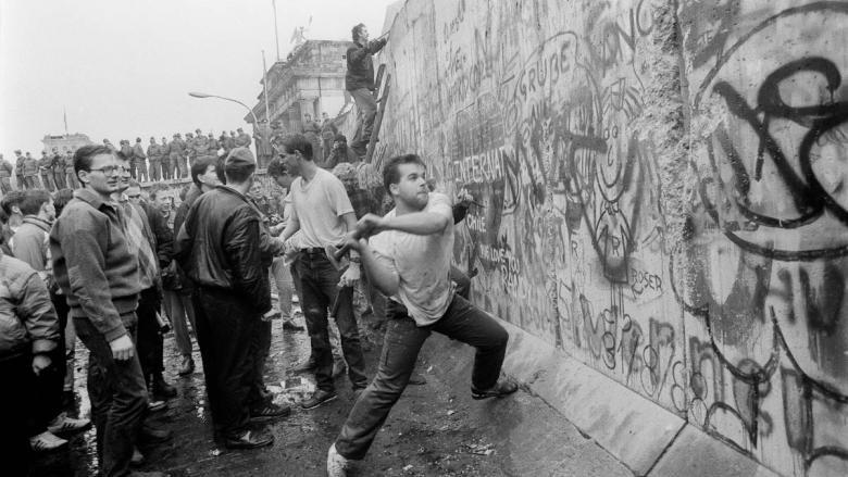 """""""Du-te! Se scrie istorie, trebuie să te duci!"""" Astăzi se împlinesc 30 de ani de la căderea Zidului Berlinului, cel mai puternic simbol al Războiului Rece"""