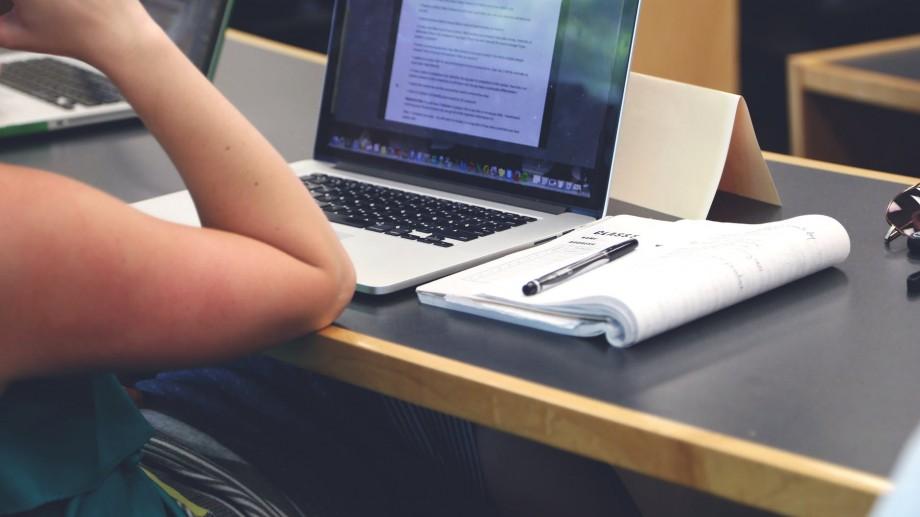 200 de universități de pe întregul glob au lansat 620+ de cursuri online gratuite