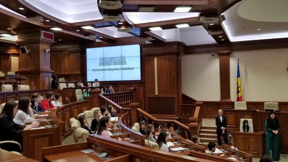 """(video) Parlamentul Tinerilor din Republica Moldova a """"aprobat"""" circulația și utilizarea canabisului"""