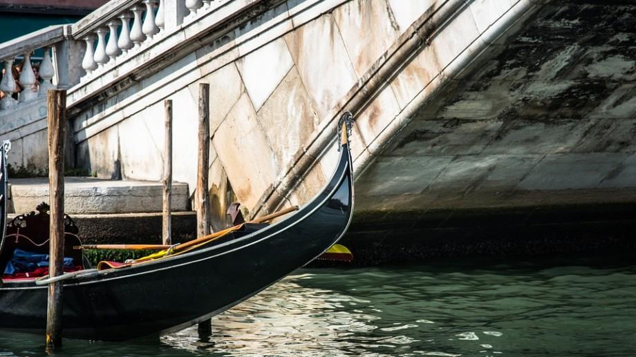 Au schimbat ţinutele lor tradiţionale pe combinezoane. Gondolierii din Veneţia au plonjat în apele lagunei pentru a colecta deșeuri