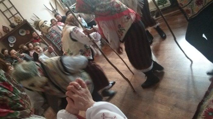 (foto) Au concurat cu bunicii la capitolul tradiții. Elevii din Leova au omagiat obiceiurile de iarnă la o șezătoare