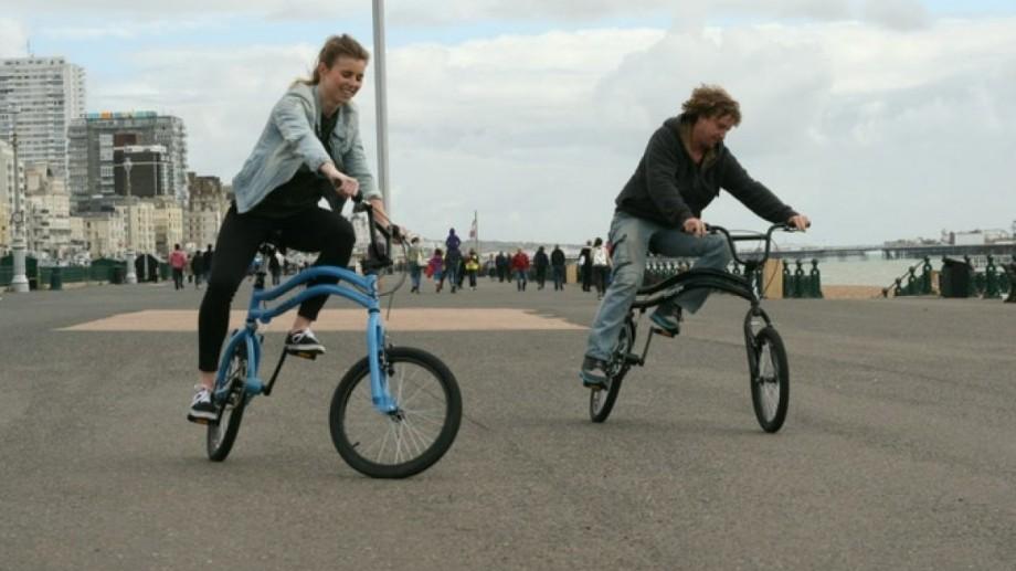 (foto, video) Un englez a creat o bicicletă cu două roți principale. Dispozitivul este destinat pentru manevre periculoase