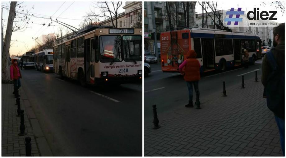 (foto) Centrul Chișinăului este blocat. Mai multe troleibuze s-au oprit pe bulevardul Ștefan cel Mare și Sfânt
