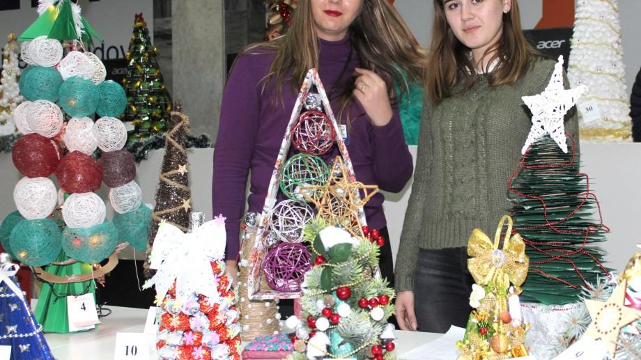 Studenții de la ASEM confecționează pomi de Crăciun. Brăduții vor fi vânduți în cadrul unei expoziții de caritate