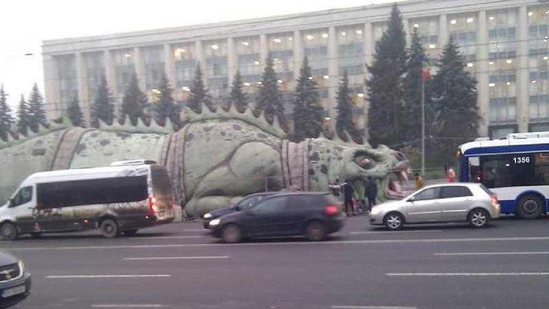 Ceban cere demisia unui șef de la primărie, după apariția unui dinozaur gonflabil în centrul Chișinăului