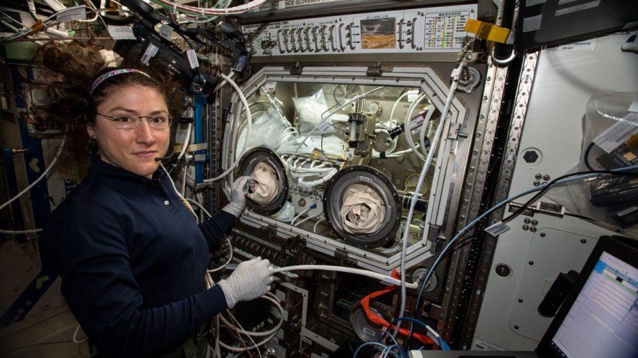 (foto) Christina Koch a stabilit un nou record pentru cel mai îndelungat zbor în spaţiu. Cât timp se află în spațiu astronauta