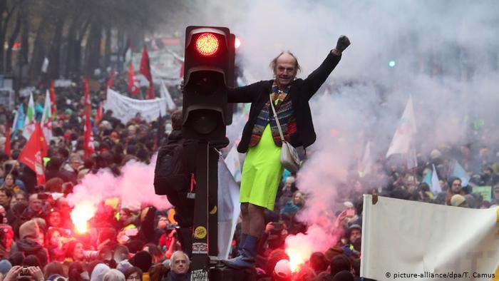Franța, paralizată de proteste. Traficul din Paris e un dezastru, iar călătoriile cu trenul aproape că sunt oprite în totalitate