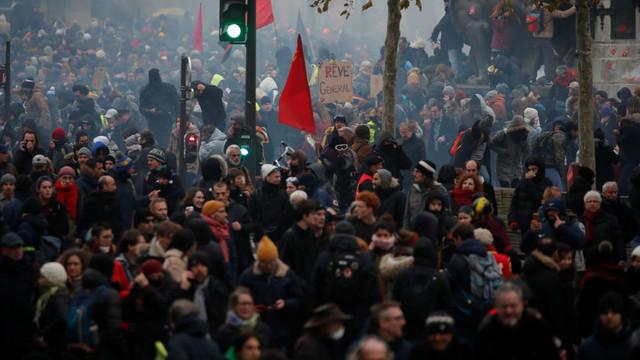 (video) Sute de mii de persoane au protestat din nou în Franța. Transportul public este perturbat, mai multe școli blocate
