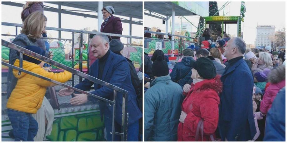 (video) Familia Dodon, surprinsă la plimbare în PMAN. Au fost la pomul de Crăciun și la carusel