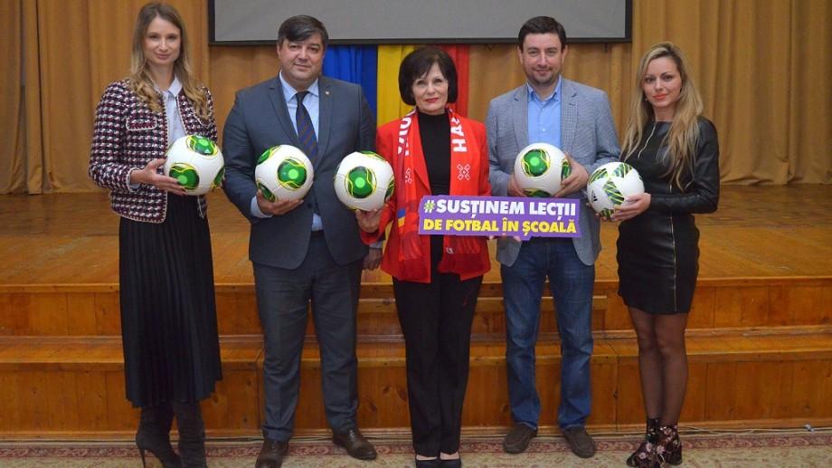 """(foto) Campania socială """"Fotbal în școli"""" le-a povestit elevilor despre rolul și importanța sportului în societate"""