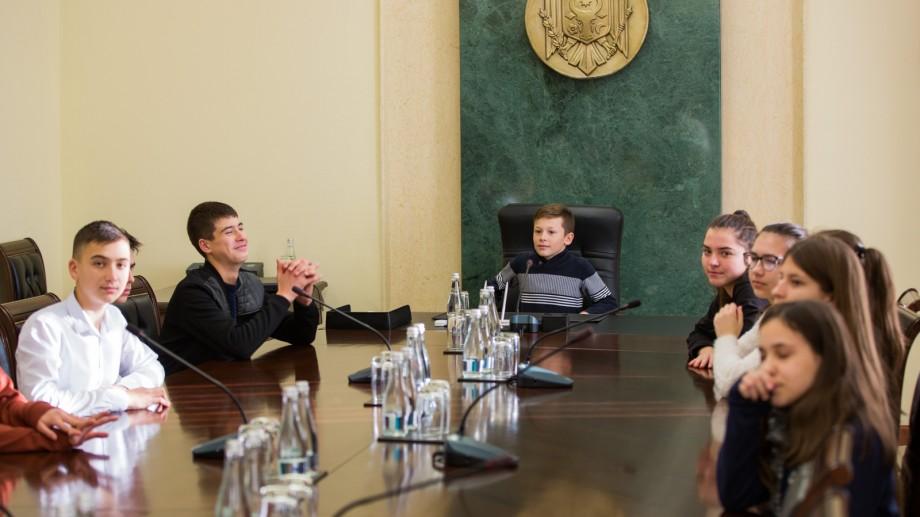 17 tineri au vizitat sala de ședințe a Cabinetului de miniștri, muzeul Guvernului și unele săli de lucru