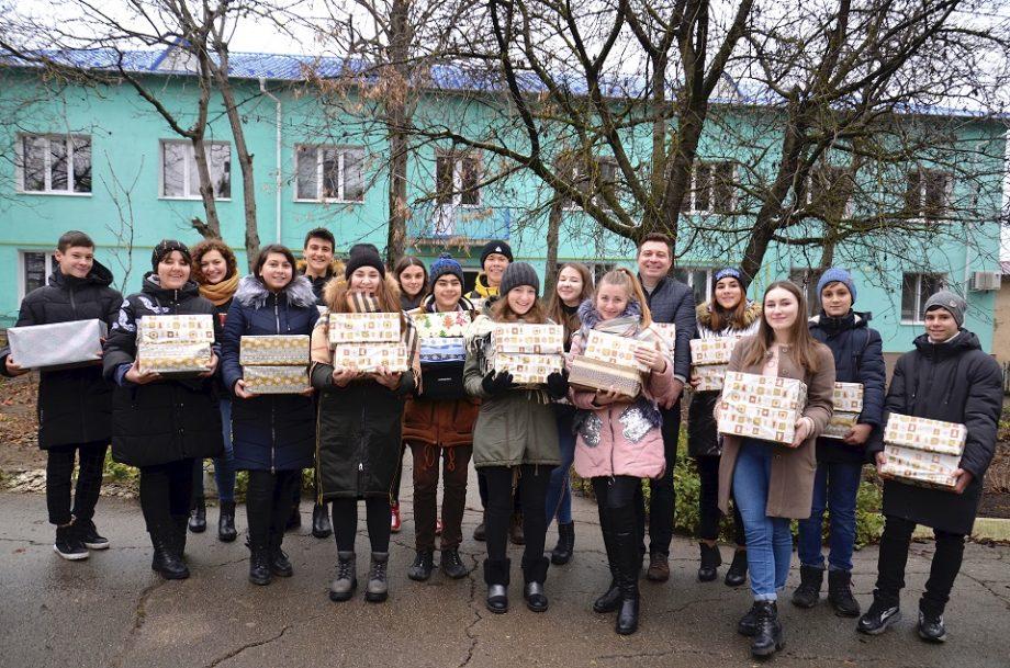 (foto) Mai mulți tineri din Șoldănești au colorat sărbătorile de iarnă ale bătrânilor și copiilor din localitate