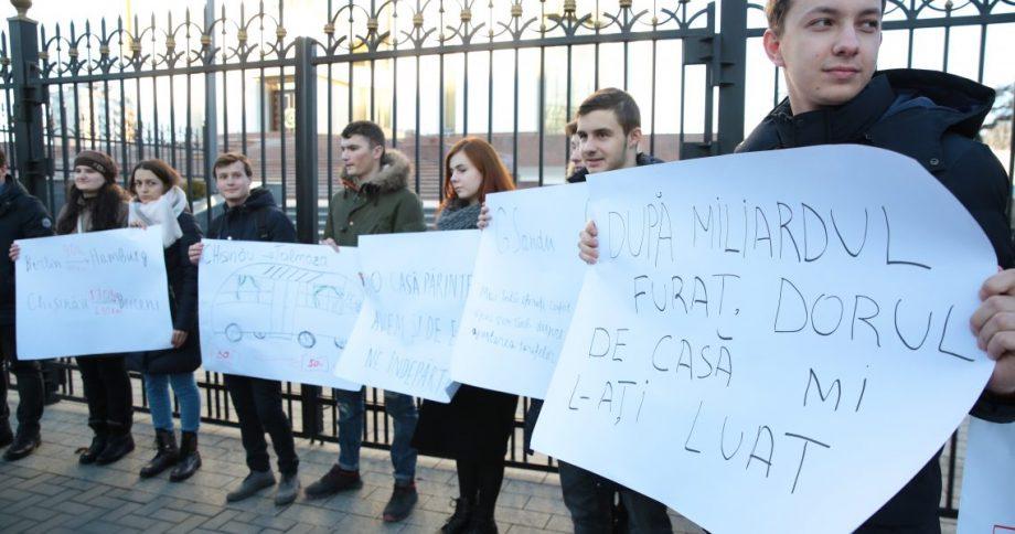 """""""Nu scumpiți taxa dorului de casă."""" Mai mulți tineri au lansat o petiție către Igor Dodon"""