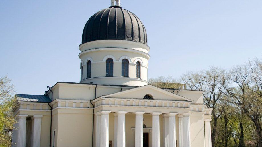 (sondaj) Moldovenii continuă să aibă cea mai mare încredere în biserică. Care sunt cele mai populare instituții în rândul oamenilor