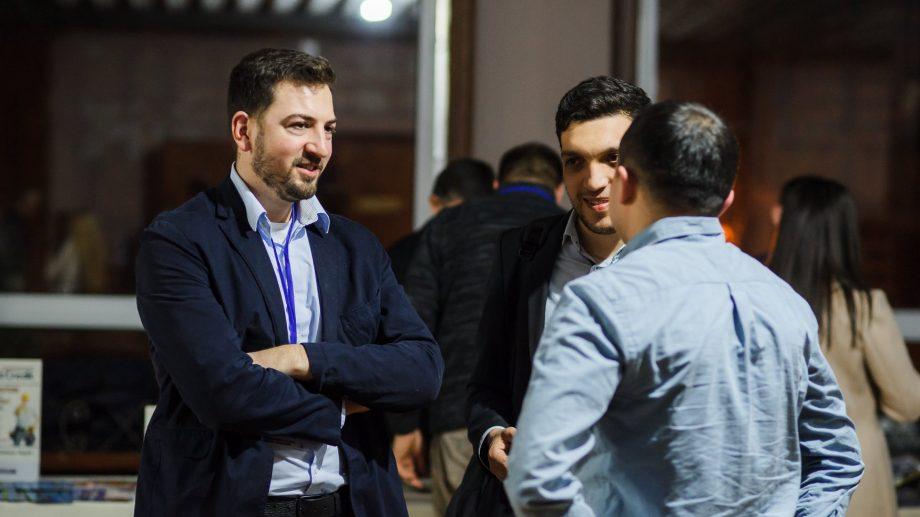 (video) Descoperă-l pe Bearl Grylls și alți vorbitori de talie la cea de-a patra ediție a Summitului Global de Conducere