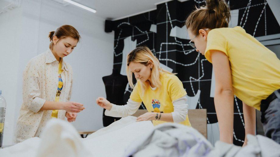 (foto) 25 de studenți și tineri designeri din Moldova au creat ținute inspirate din tema crizei ecologice mondiale