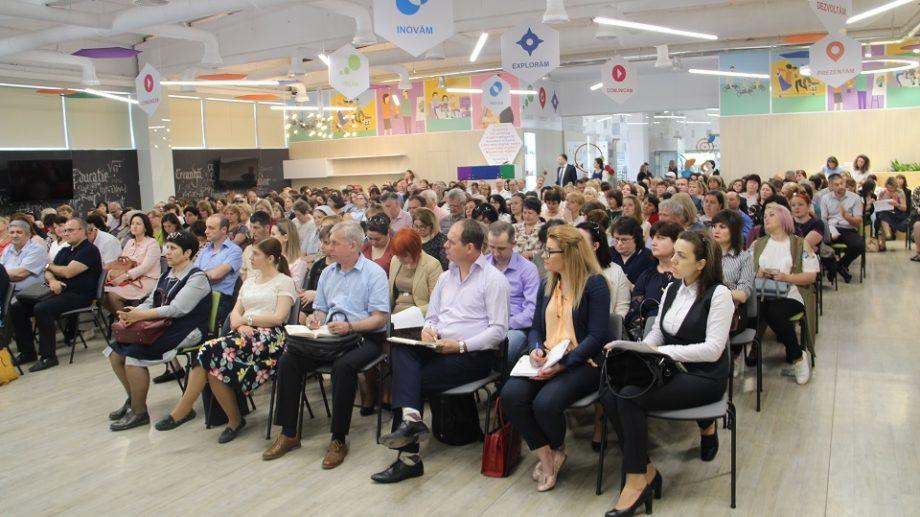 (video) Părinții copiilor din Moldova își doresc ca aceștia să primească mai puține teme pentru acasă. Care sunt propunerile lor de a îmbunătăți educația în școli