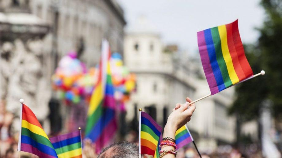Suportul unui adult reduce probabilitatea morții prin suicid cu 40 % în rândul adolescenților LGBTQ
