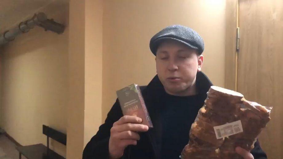 """(video) Activistul Pavel Grigorciuc i-a adus pesmeți și ceai lui Viorel Morari. """"Mulțumesc, mă voi descurca și singur."""""""