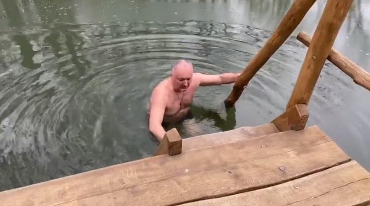 (video) S-a ținut de tradiție și în acest an. Igor Dodon s-a scufundat în apă de Bobotează