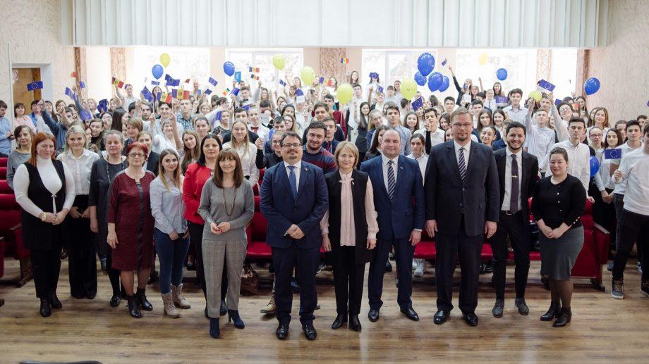 EU Talks la Ungheni: despre viitor, la liceul din care se vede Europa