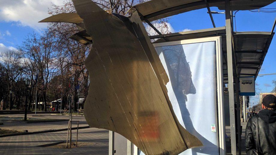 (foto) Acoperișul unei stații de așteptare de pe bulevardul Ștefan cel Mare și Sfânt a fost smuls din cauza vântului