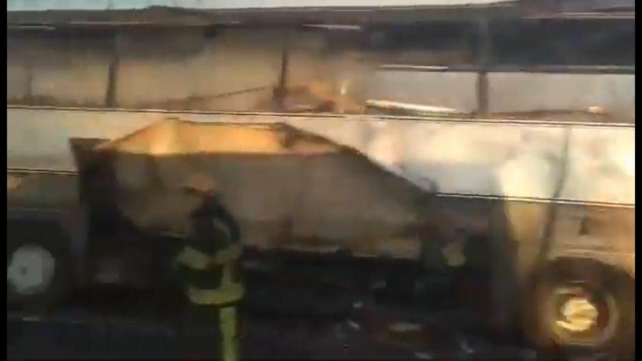 (foto, video) Lângă satul Peresecina a luat foc un autobuz. Salvatorii au stins incendiul