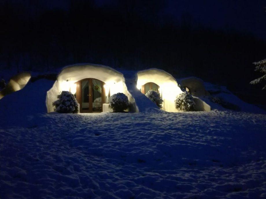 """(foto) Inspirată din Stăpânul Inelelor. În România s-a deschis prima pensiune construită sub pământ în stil """"hobbit"""""""
