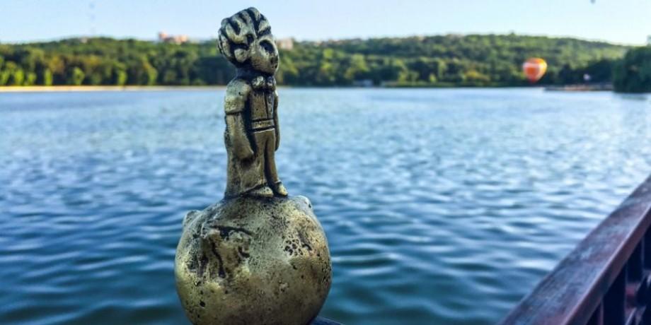 (foto) Statuia Micului Prinț de la Valea Morilor a fost vandalizată. Acum, pe obrazul prințișorului curge o lacrimă