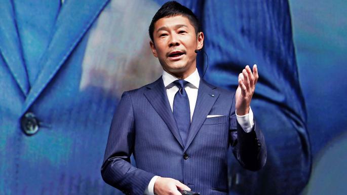 Miliardarul japonez care căuta o prietenă pentru a face cu ea o călătorie în jurul lunii a primit 20 de mii de oferte în acest sens